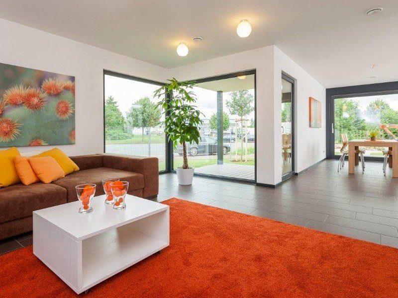 Musterhaus Hameln - Ein Wohnzimmer mit Möbeln und einem Flachbildfernseher - Meisterstück-HAUS Vertriebs GmbH
