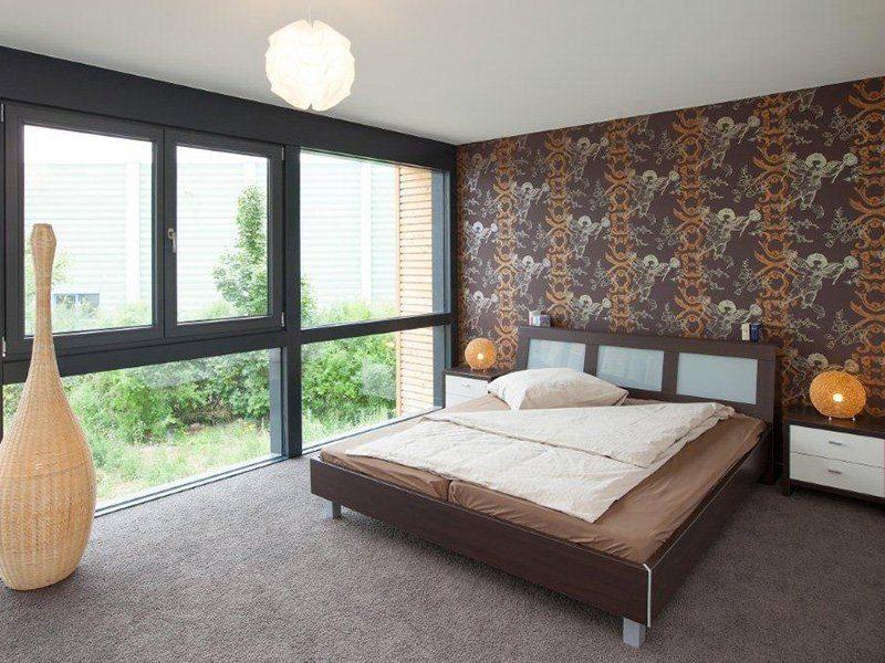 Musterhaus Hameln - Ein Wohnzimmer mit Möbeln und einem großen Fenster - Haus
