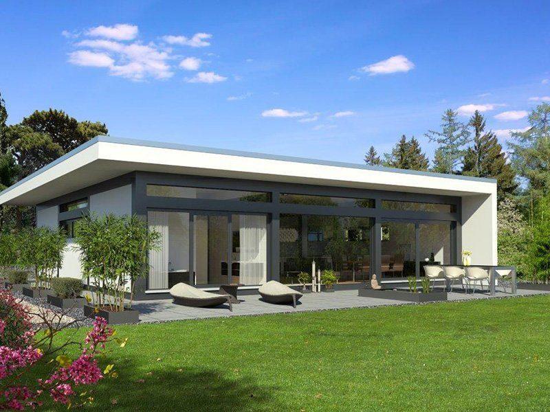 Transparentes Fachwerk auf einer Ebene - Eine große Wiese vor einem Haus - Holzhaus