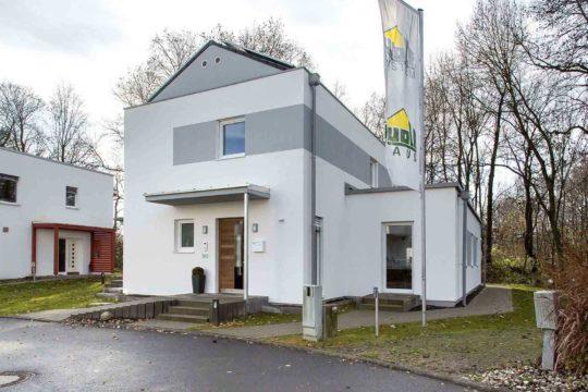 Haus Patria - Ein Haus, das an einer Straße mit Bulloch Hall im Hintergrund geparkt ist - Haus