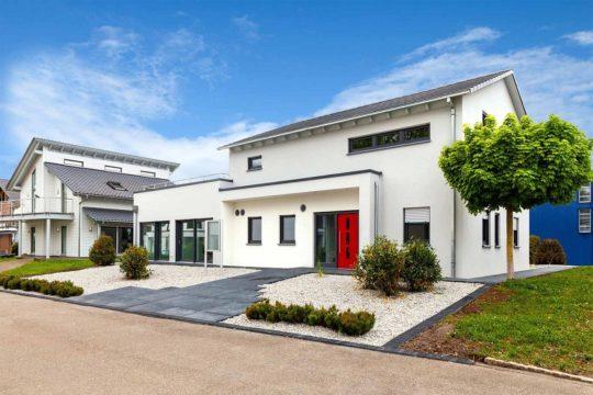 Musterhaus 2 Fellbach - Ein großes Backsteingebäude mit Gras vor einem Haus - Haus