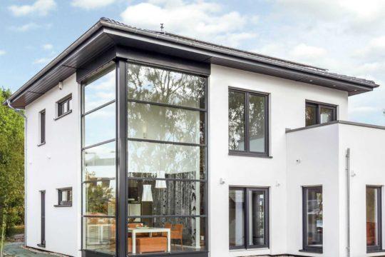 Musterhaus Ingolstadt - Ein großes weißes Gebäude - OKAL Haus GmbH