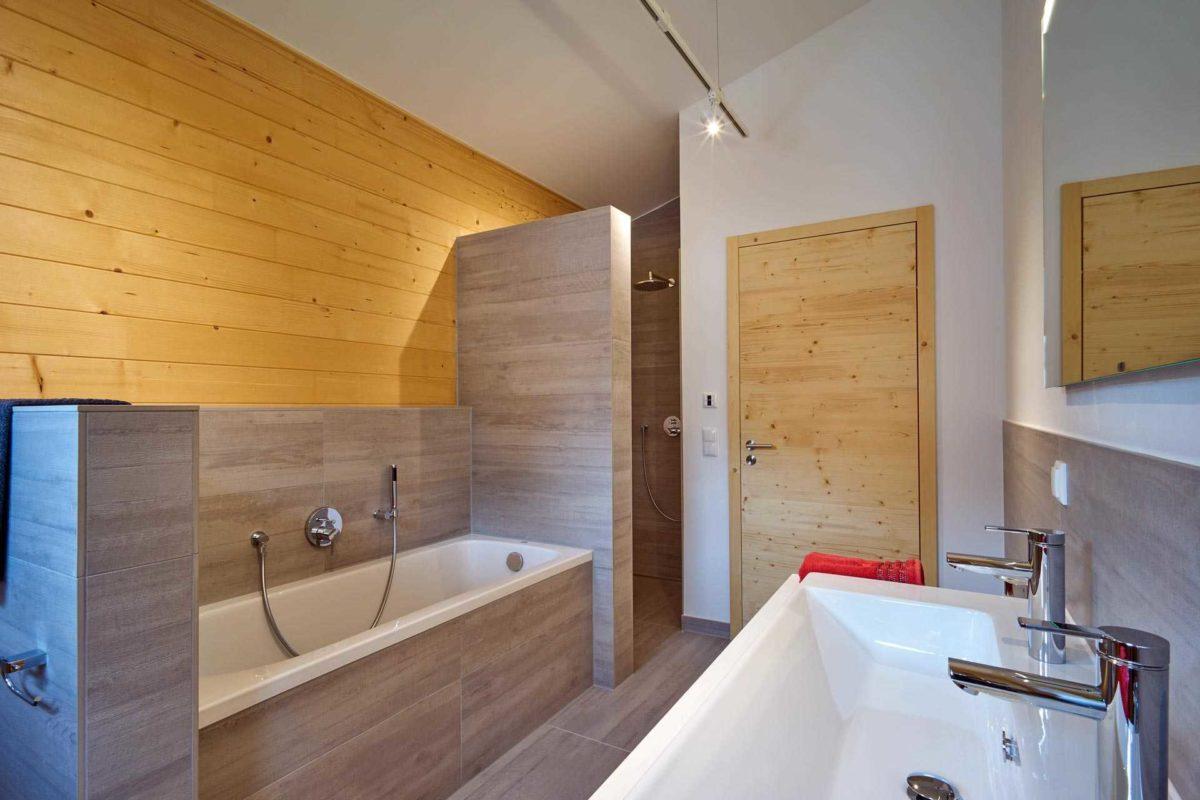 Musterhaus Casa Vita - Ein zimmer mit waschbecken und spiegel - Bad