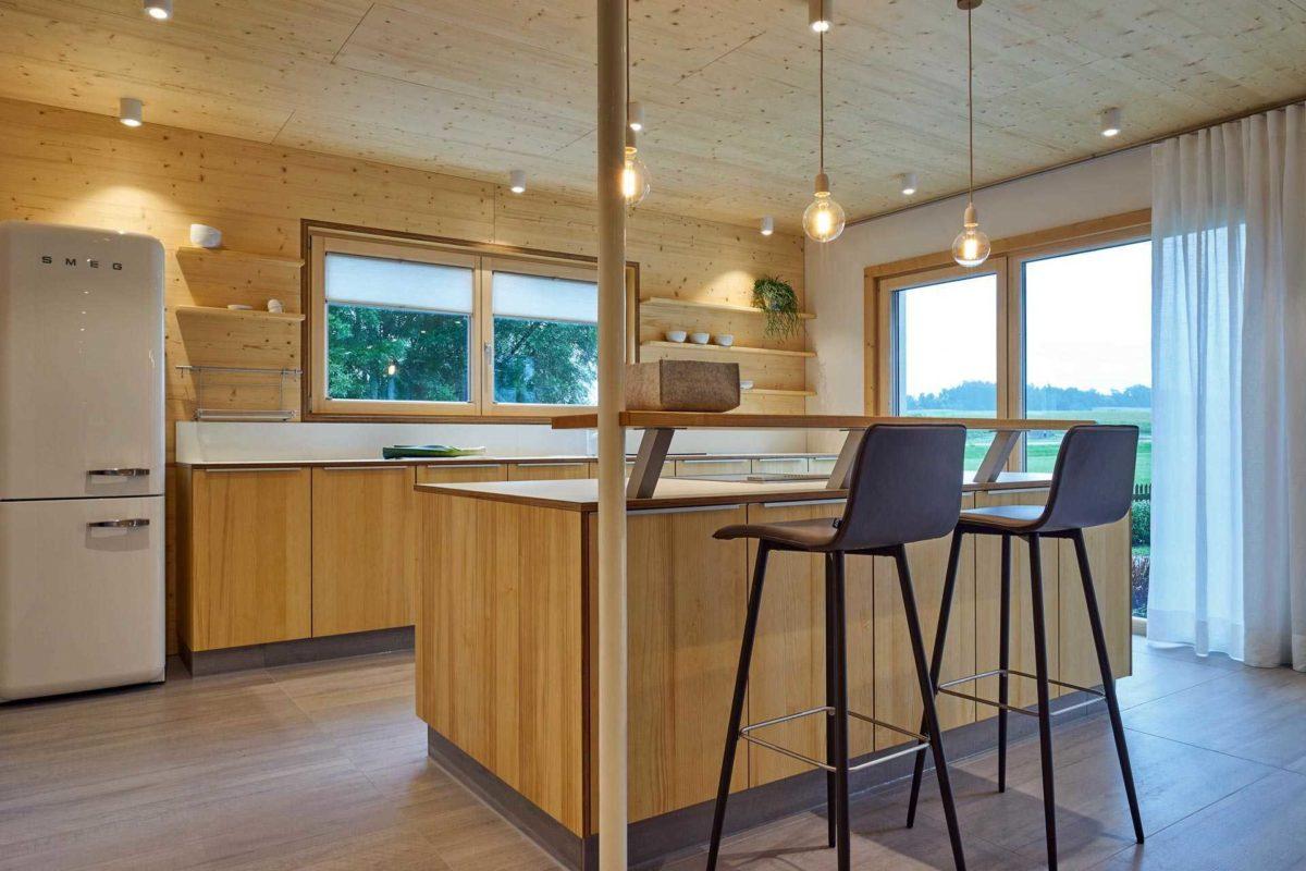 Musterhaus Casa Vita - Ein großer leerer Raum mit einem Holzboden - Küche