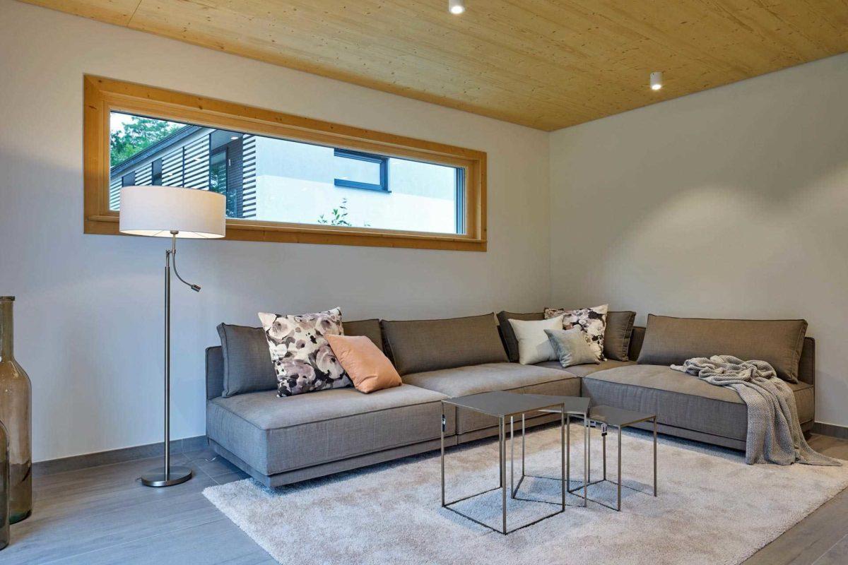 Musterhaus Casa Vita - Ein Wohnzimmer mit Möbeln und einem Flachbildfernseher - Haus