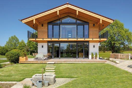Musterhaus Liesl - Eine große Wiese vor einem Haus - Haus
