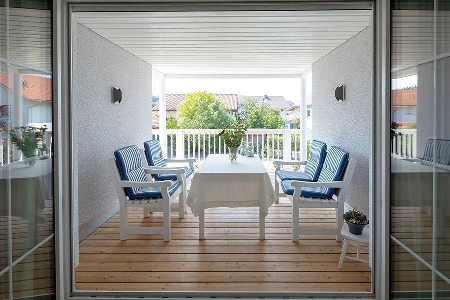 Vitalhaus Albaching - Ein Esstisch vor einem Fenster - Haus