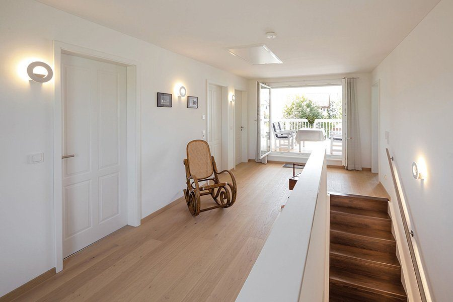 Vitalhaus Albaching - Ein wohnzimmer mit holzboden - Haus
