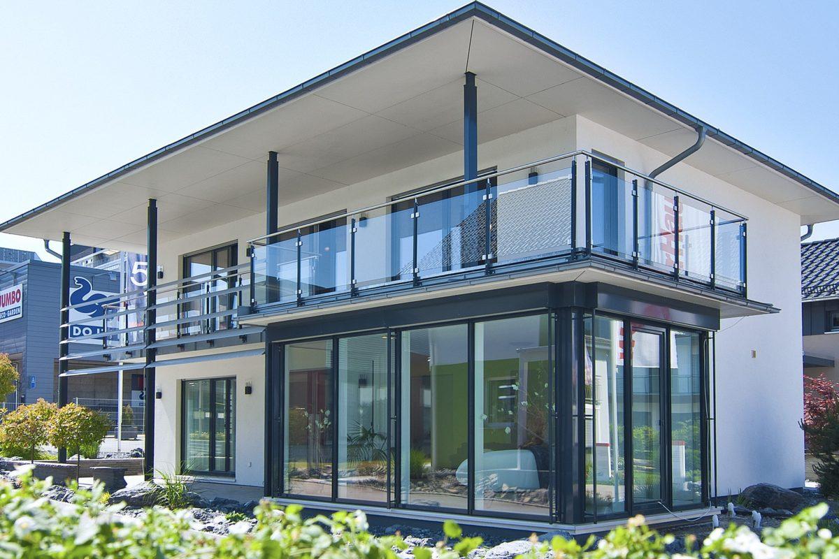 Ausstellungshaus Suhr - Ein großes weißes Gebäude - WeberHaus GmbH & Co. KG