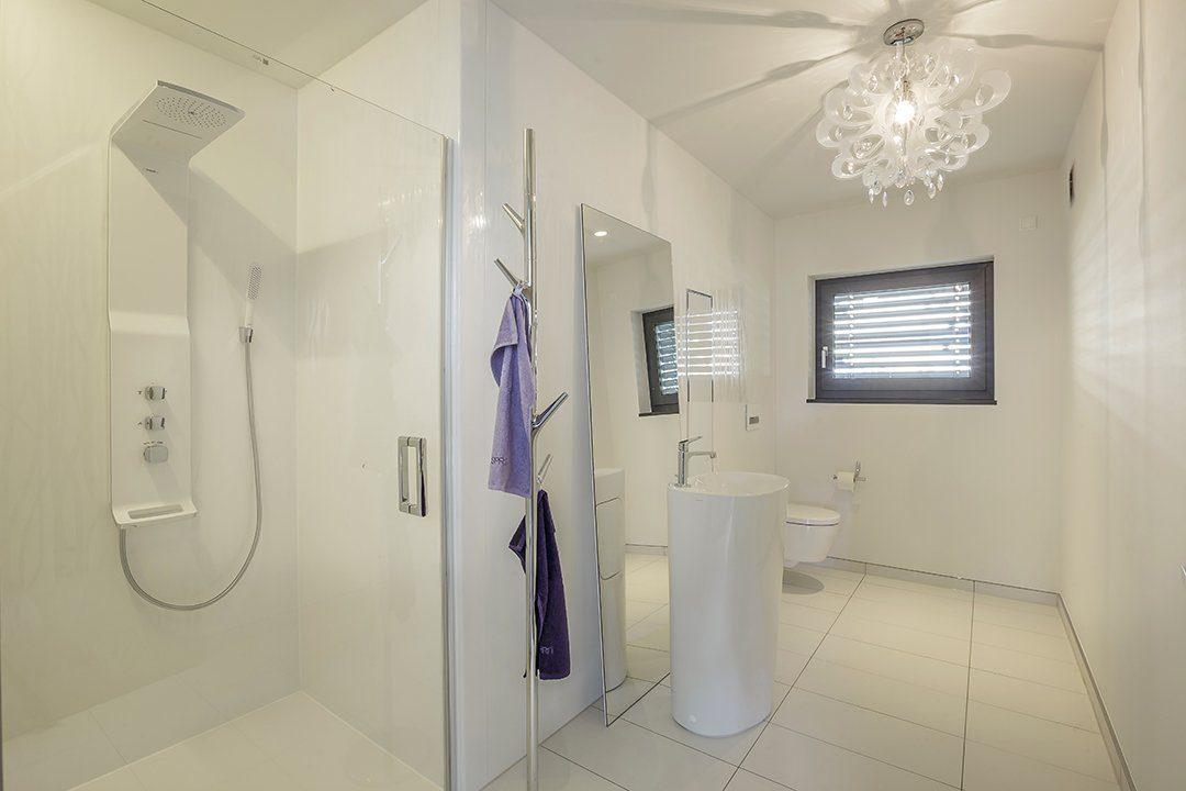 Musterhaus Fellbach Open - Ein zimmer mit waschbecken und spiegel - Bad