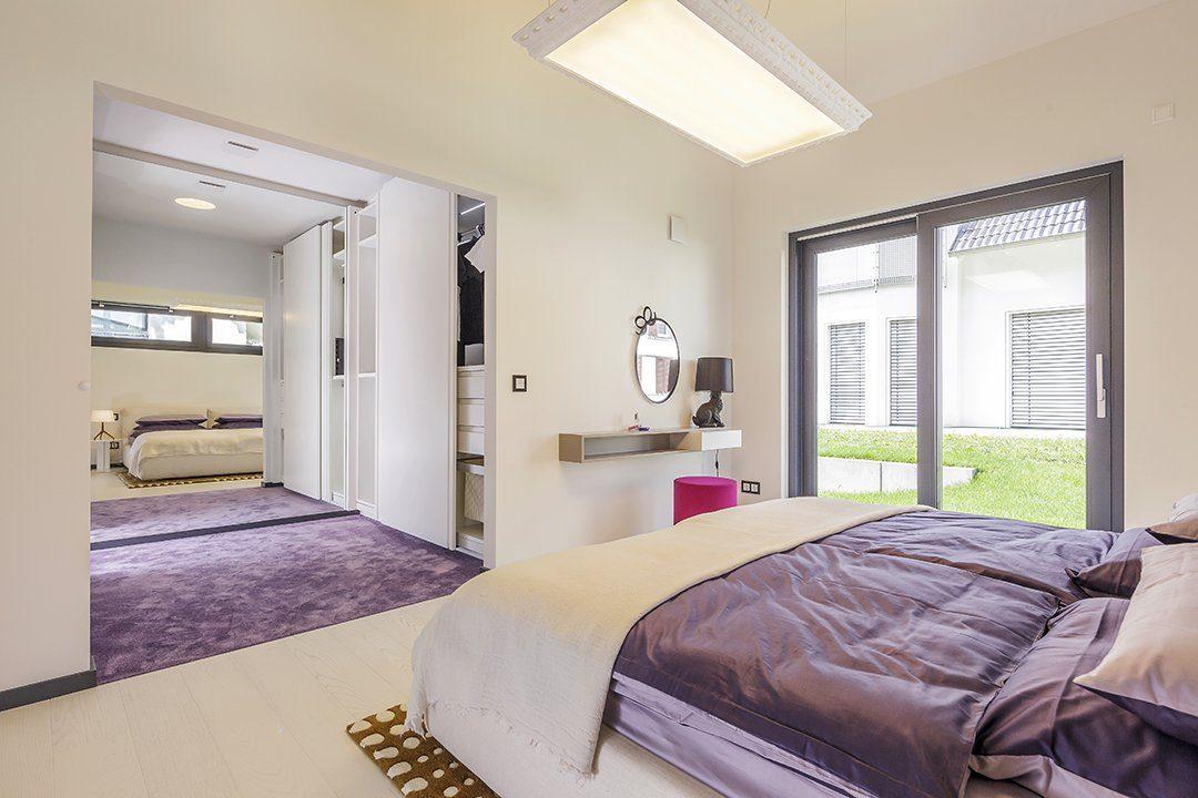Musterhaus Fellbach Open - Ein Schlafzimmer mit einem großen Bett in einem Raum - Schlafzimmer