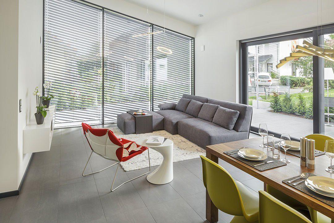 Musterhaus Fellbach Open - Ein Wohnzimmer mit Möbeln und einem großen Fenster - Die Architektur