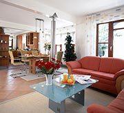 Family Classic - Ein Wohnzimmer mit Möbeln und einem Kamin - Wohnzimmer