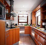 Family Classic - Eine große Küche mit Edelstahlgeräten - Arbeitsplatte