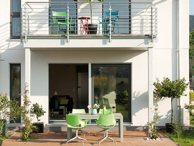 Plan D 15-161.1 - Ein Wohnbereich mit einem Gebäude im Hintergrund - Haus