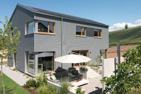 Musterhaus Auggen - Ein haus mit rasen vor einem gebäude - Schiffscontainer-Architektur