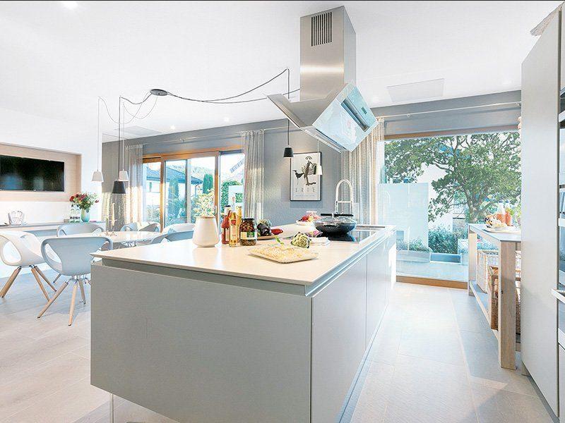 Musterhaus Auggen - Eine Küche mit einer Insel mitten in einem Raum - SchwörerHaus KG Musterhaus Auggen