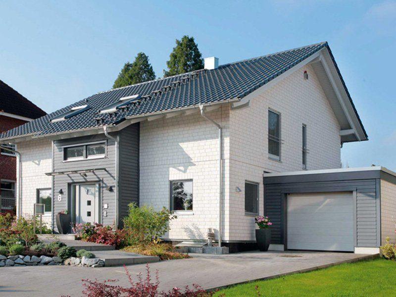 Plan E 15-189.1 - Ein großes Backsteingebäude mit Gras vor einem Haus - SchworerHaus KG