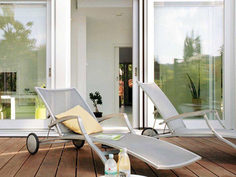 Plan E 15-189.1 - Ein Stuhl sitzt vor einem Fenster - Haus