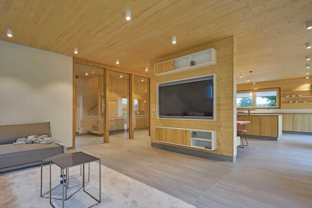 Musterhaus Casa Vita - Ein Raum mit Möbeln und einem Flachbildfernseher - Haus