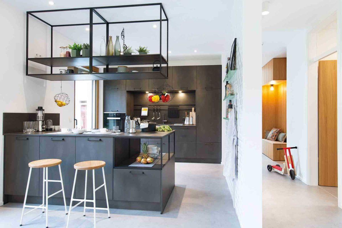 Musterhaus Sunshine - Eine Küche mit einem Tisch in einem Raum - WeberHaus