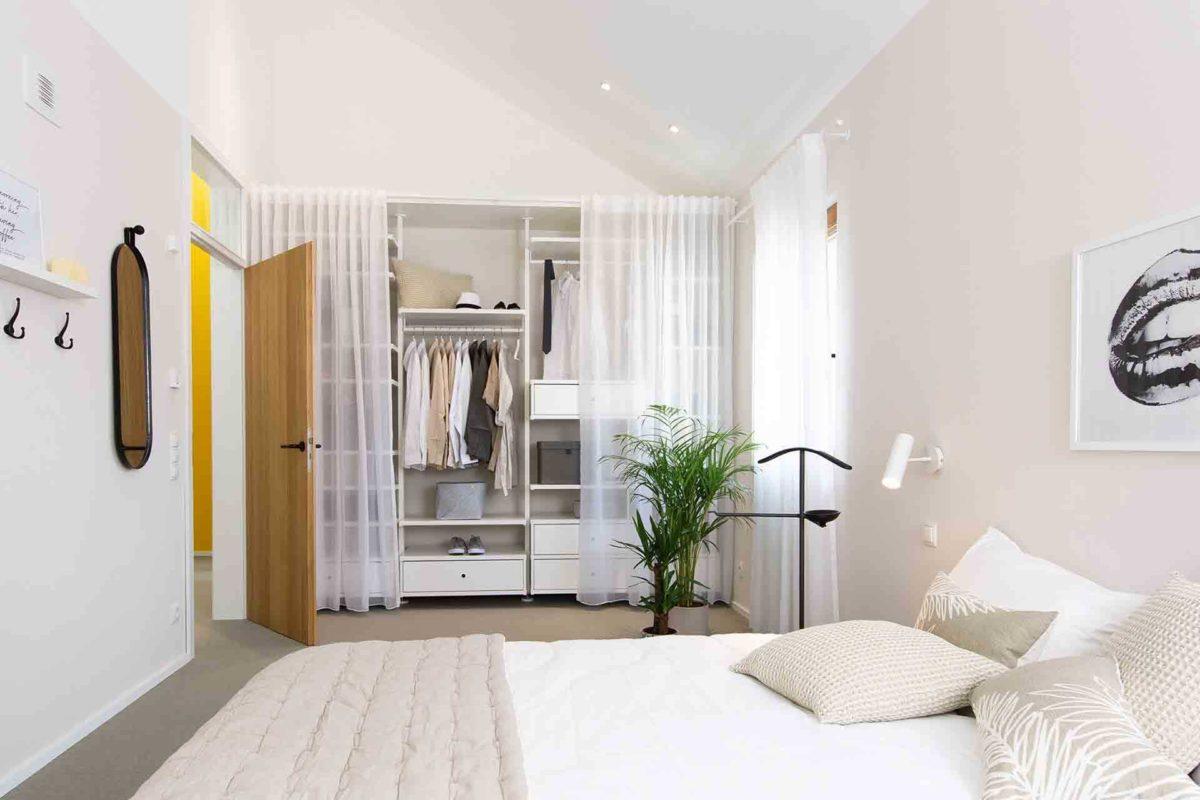 Musterhaus Sunshine - Ein Schlafzimmer mit einem Bett in einem Raum - WeberHaus