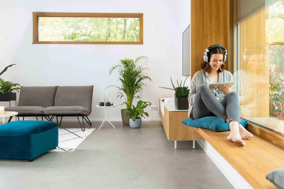 Musterhaus Sunshine - Eine Person, die an einem Tisch in einem Raum sitzt - WeberHaus