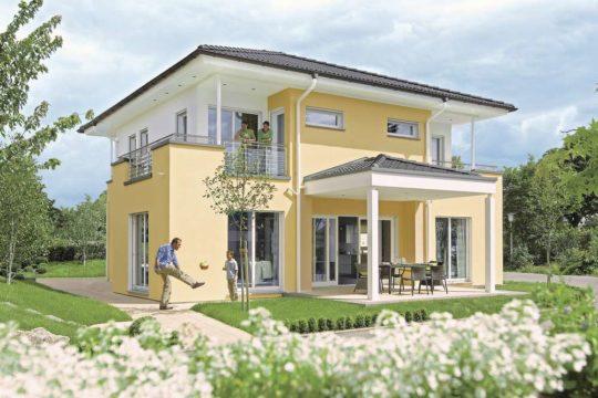 Stadtvilla Mannheim - Eine Person, die vor einem Haus steht - Haus