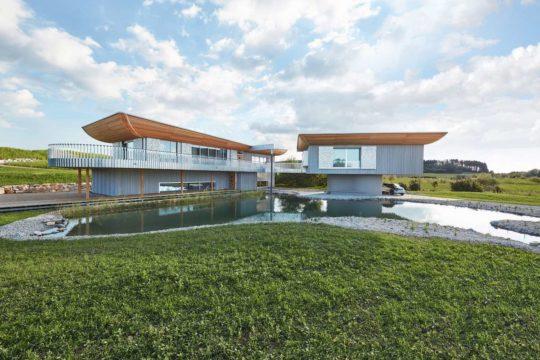 Haussicht - Eine große Wiese vor einem Haus - Design