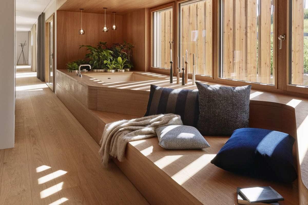 Haussicht - Ein Wohnzimmer mit Möbeln und einem großen Fenster - Fertighaus