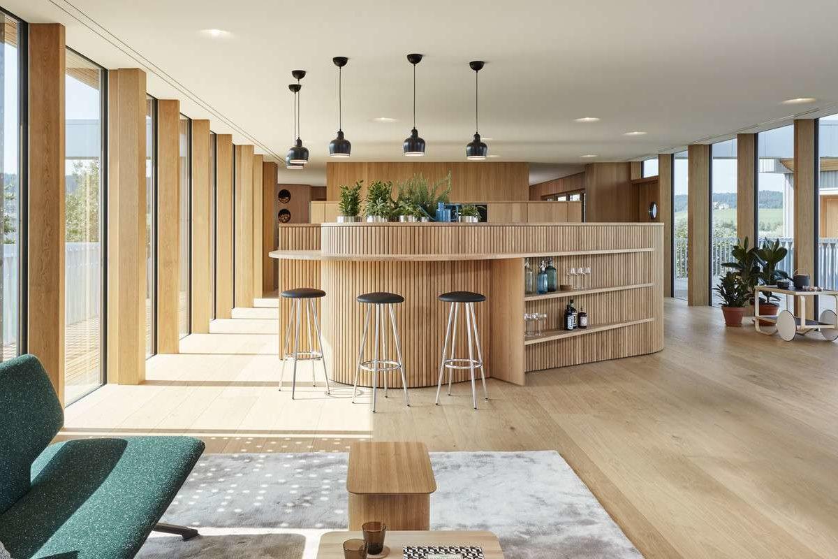 Haussicht - Ein Wohnzimmer mit Möbeln und einem großen Fenster - Design