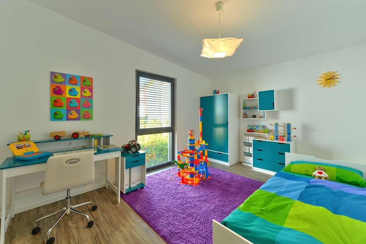 MUSTERHAUS VILLINGEN-SCHWENNINGEN - Ein Schlafzimmer mit einem Bett und einem Schreibtisch in einem Raum - Haus