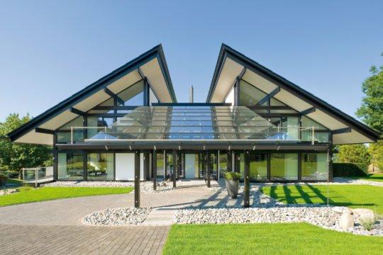 HUF HAUS Musterhaus Hartenfels - Eine große Wiese vor einem Haus - Huf Haus