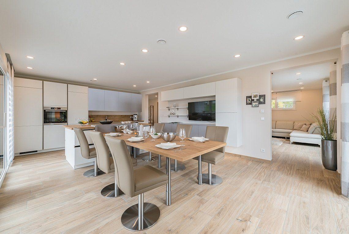 Musterhaus Ancona - Ein Raum mit Möbeln und einem Tisch - Rensch-Haus GmbH