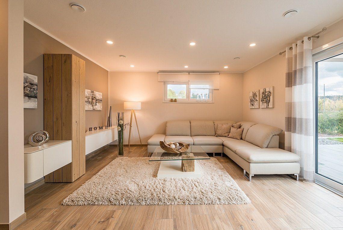 Musterhaus Ancona - Ein Wohnzimmer mit einem großen Spiegel - Rensch-Haus GmbH