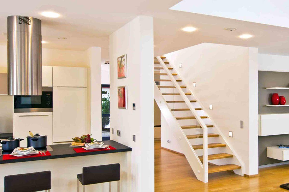 Musterhaus Future - Eine Küche mit einem Tisch in einem Raum - Fertighaus WEISS GmbH, Musterhäuser Mannheim