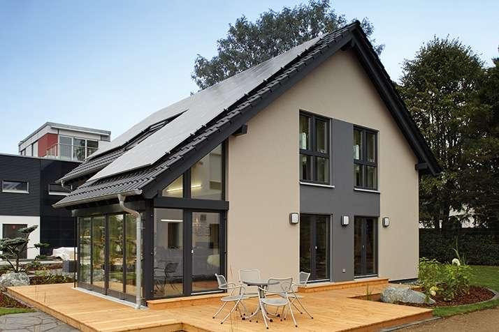 NEO 312 – Musterhaus Wuppertal (Aktionshaus) - Ein Haus, das an der Seite eines Gebäudes geparkt ist - FingerHaus