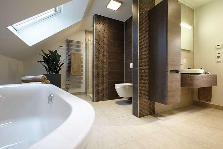 NEO 312 – Musterhaus Wuppertal (Aktionshaus) - Eine große weiße Wanne neben einem Waschbecken - FingerHaus