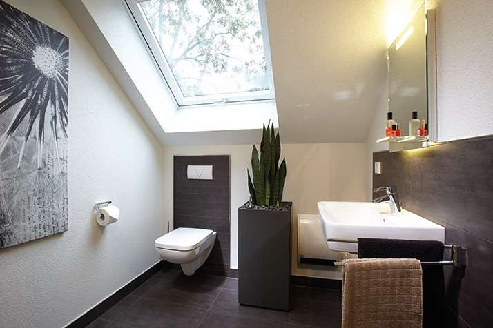 NEO 312 – Musterhaus Wuppertal (Aktionshaus) - Ein zimmer mit waschbecken und spiegel - FingerHaus