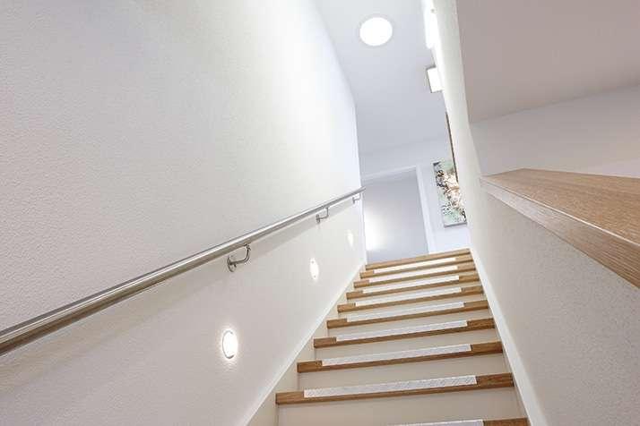 NEO 312 – Musterhaus Wuppertal (Aktionshaus) - Ein weißes Waschbecken und ein Spiegel - FingerHaus GmbH - Musterhaus Wuppertal