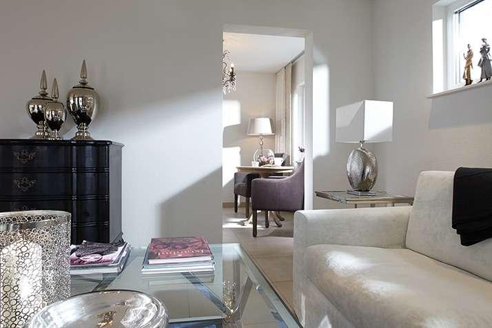 NEO 312 – Musterhaus Wuppertal (Aktionshaus) - Ein Raum mit einer Couch und einem Tisch - FingerHaus