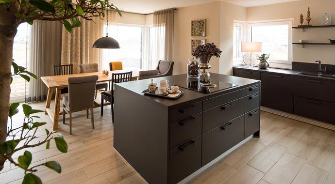 Aktionshaus MEDLEY 3.0 – Musterhaus Werder - Eine Küche mit einem Esstisch - Küche