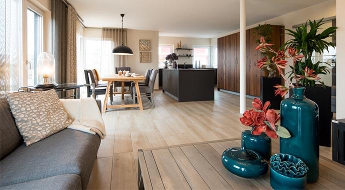 Aktionshaus MEDLEY 3.0 – Musterhaus Werder - Ein Wohnzimmer mit Möbeln und einem großen Fenster - Interior Design Services