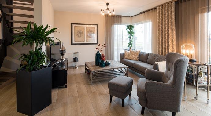 Aktionshaus MEDLEY 3.0 – Musterhaus Werder - Ein Wohnzimmer mit Möbeln und einem Flachbildfernseher - FingerHaus