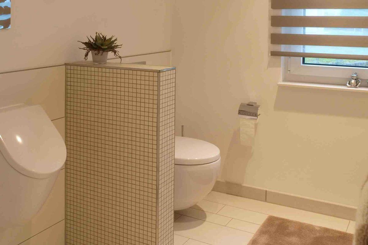 Musterhaus Bad Vilbel - Eine weiße Wanne neben einer Dusche - Bad
