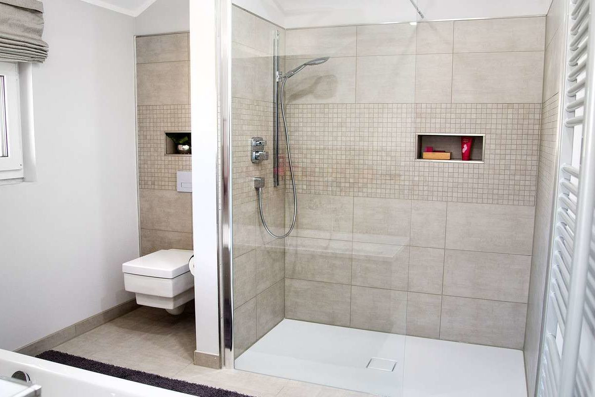 Musterhaus Günzburg - Ein zimmer mit waschbecken und spiegel - Schwabenhaus Musterhaus Günzburg