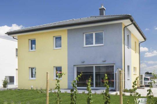 Automatisch gespeicherter Entwurf - Eine Person, die vor einem Haus steht - Haus