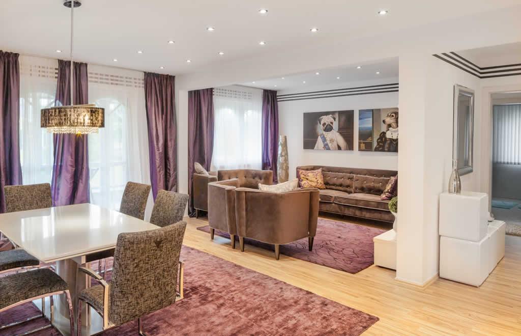 Automatisch gespeicherter Entwurf - Ein Wohnzimmer mit Möbeln und einem Kamin - ELK Fertighaus GmbH