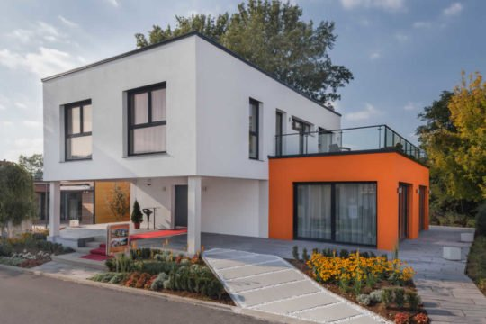 CUBE 200 - Ein Haus mit Bäumen im Hintergrund - Marles Fertighaus GmbH