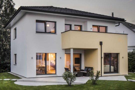 Automatisch gespeicherter Entwurf - Ein Haus vor einem Gebäude - Haus